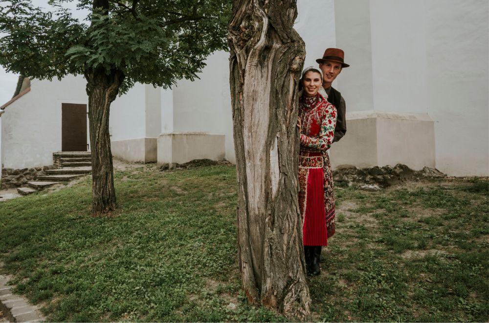Horányi Csaba és Horányi-Pirók Panka, néptánc oktatók, az Intenzív Néptánc vezetői, kalotaszegi viseletben