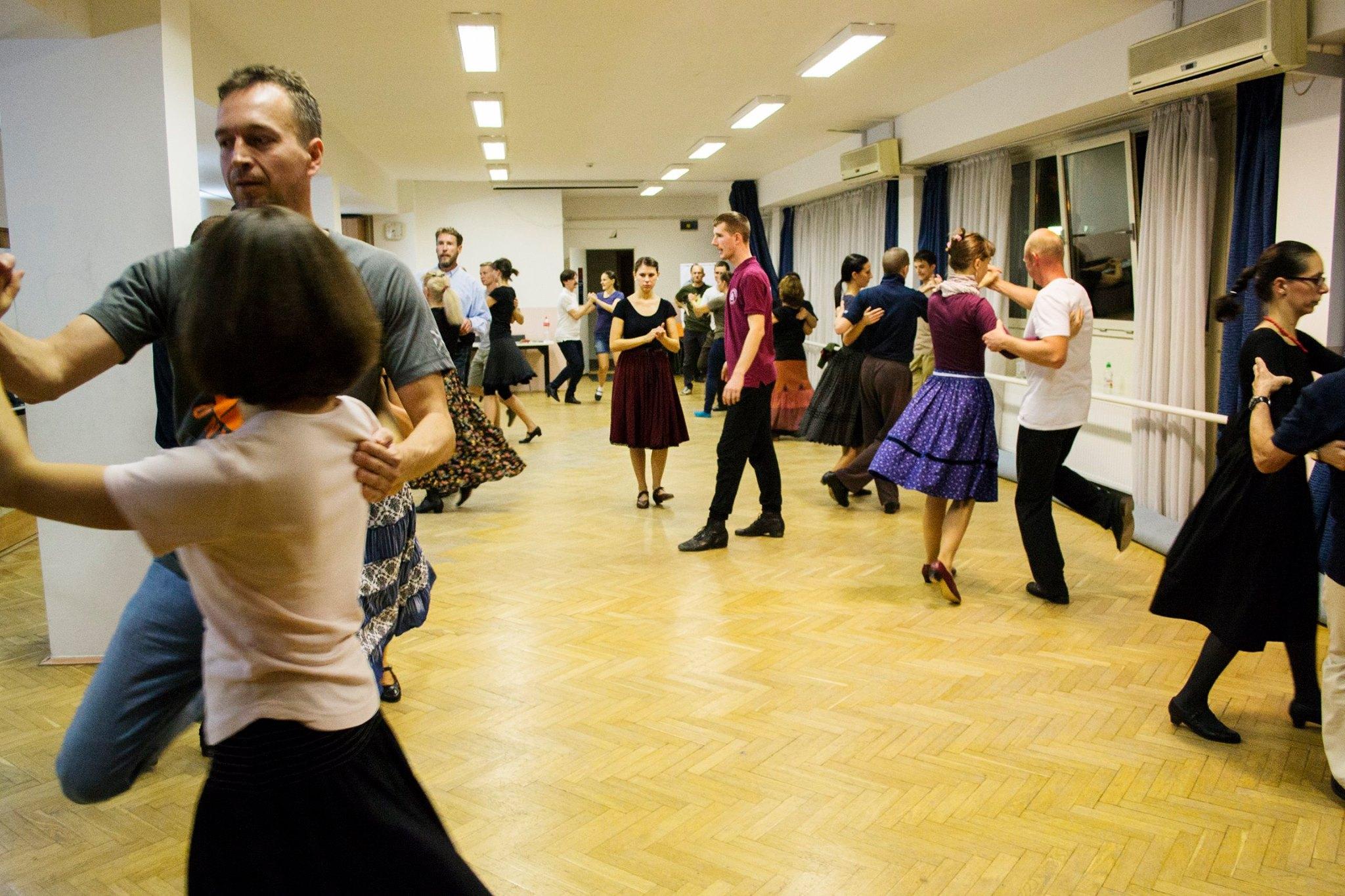 Magyar néptánc oktatás felnőtteknek az Intenzív Néptánc szervezésében, Horányi Csabával és Horányi-Pirók Pankával
