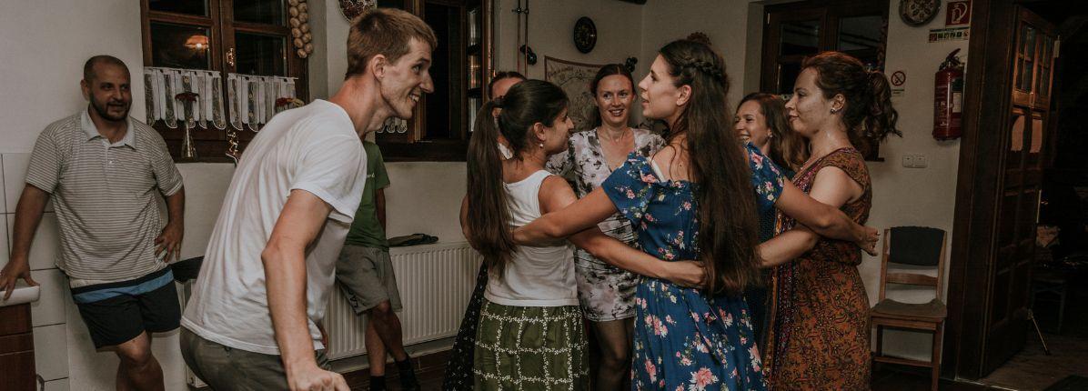 Táncház Horányi Csaba és Horányi-Pirók Panka, az Intenzív Néptánc tanárainak vezetésével
